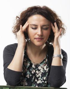 אישה עם כאב ראש
